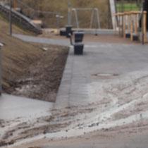 Über die Wege ablaufendes Waser mit Boden- und Schlammanteilen,  Aufnahme-Datum: 28.12.2020