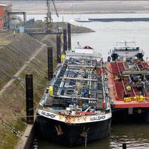 Quelle: WAZ-Artikel vom 18.02.2011 vom Havarierten Tankmotorschiff Waldhof zur Entleerung der restlichen Säureladung im Kultushafen