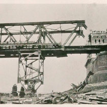 Quelle: Stadtarchiv Duisburg, Durch Kriegseinwirkung zerstörte Brücke.