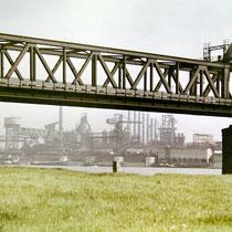 Blick von Rheinhausen unter der Eisenbahnbrücke hindurch auf die Niederrheinische Hütte.