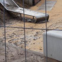 Über den Spielplatz ablaufendes Wasser mit Boden- und Schlammanteilen, Aufnahme-Datum: 28.12.2020