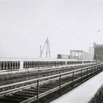 Die neue und alte Brücke auf einem Foto. Bald darauf wurden die Reste der 1. Eisenbahnbrücke abgebrochen. Quelle: Stadtarchiv Duisburg