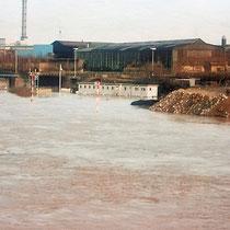Blick von der Eisenbahnbrücke, Zuschüttung des Nordhafen bei Hochwasser, Aufnahme-Datum 28.3.1988