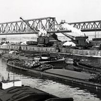 Verladetätigkeit vom Schiff auf Waggon, das Foto zeigt 2 von den insgesamt 10 Hafenkränen