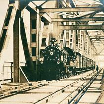 Der erste Zug über die neu eingeweihte Brücke. Quelle: Stadtarchiv Duisburg