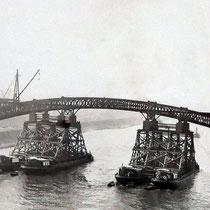 Abbau der Stahlkonstruktion auf Lastkähne und Ausfahren der Brückenteile.Quelle: Stadtarchiv Duisburg