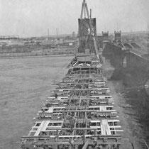 Bauarbeiten 1926 an der neuen Brücke neben der noch vorhandenen 1. Brücke. Quelle: Stadtarchiv Duisburg