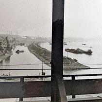 Blick von der Eisenbahnbrücke in den Südhafen und über die Hafenmole und den Rhein