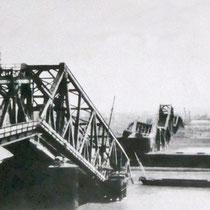 Quelle: Stadtarchiv Duisburg, Gesprengte Brücke, rechts im Bild die eingleisige behelfsmäßige Kriegsbrücke.