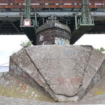 Brückenpfeiler mit Flechtenbewuchs,  Aufnahme-Datum: 10.05.2019