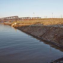 Blick längs des Kultushafen in Richtung Eisenbahnbrücke, Pegelstand Ruhrort 9,99 Meter, Aufnahme-Datum: 10.01.2011