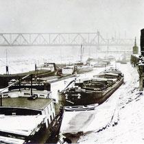 Ruhender Schiffsverkehr im Südhafen, bedingt durch Wintereinbruch mit Eisgang