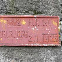 Pegelstände von 1876/1882/1926, das Schild befindet sich am Pfeiler der Eisenbahnbrücke, Aufnahme-Datum: 05.01.2018