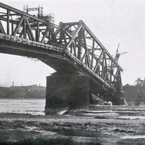 Quelle: Stadtarchiv Duisburg, Durch deutsches Militär gesprengte Brücke.
