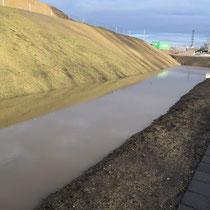Ungesichertes Rückhaltebecken mit Wasseransammlung, Aufnahme-Datum: 28.12.2020