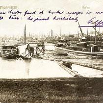 Vorläufer-Hafen in Wanheim, Blick in Richtung Eisenbahnbrücke,  Holzflöße für das  Dampfsägewerk Brügmann & Sohn in Wanheim, Ansichtskarte von 1910