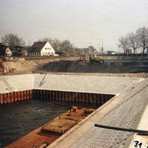 Der fertiggestellte Hafen mit neuen Spundwänden und der neuen Kaimauer, Aufnahme-Datum 27. 07. 1989