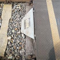 Lebensraum im Gleisschotter unter dunkler, beschichteter Stahlplatte, die Sonneneinstrahlung auf der dunklen Abdeckung führt zu starker Erwärmung des Habitats, Aufnahme-Datum: 22.05.2019