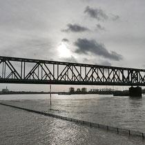 Überflutete untere Promenade, Blick in Richtung Eisenbahnbrücke, Pegelstand Ruhrort 8,73 Meter, Am 09.01. erreichte der Wasserstand 9,68 Meter, Aufnahme-Datum:  05.01.2018