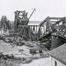 Quelle: Stadtarchiv Duisburg, Erste Bergungsarbeiten von Teilen der Stahlkonstruktion an der gesprengten Brücke.