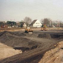 Auffüllung des zurückgebauten Hafenbeckens, Im Hintergrund (linke Bildhälfte) das ehemalige Tanklager mit Betankungs-Anlagen. Heute Parklatz des Rheinparks. Aufnahme-Datum: März 1989
