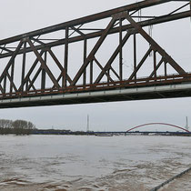 Überflutete untere Promenade, Blick in Richtung Brücke der Solidarität, Pegelstand Ruhrort 8,73 Meter, Aufnahme-Datum:  05.01.2018