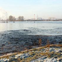 Blick über den Rhein in südwestliche Richtung, die Mole des Südhafen ist total überschwemmt, Pegelstand Ruhrort 9.99 Meter, Aufnahme-Datum: 10.01.2011