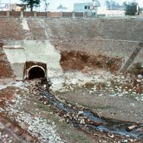 Dickelsbachmündung bei Niedrigwasser. Oberhalb verläuft die Wanheimer Straße, Aufnahme-Datum: ca. 1987