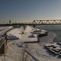 Blick in südlicher Richtung über den ehemaligen Nordhafen. Winterbild des ausgebauten Rheinparks (hier: Rheinpromenade), Aufnahme-Datum: 06.01.2009