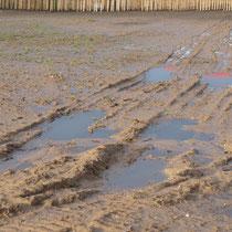 Stehendes Wasser auf der Fläche und in verdichteten Fahrspuren, Aufnahme-Datum: 28.12.2020