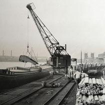 Holzverladung per Hafenkran. Für die Industrie sowie der Bauwirtschaft war Holz ein begehrtes Gut, welches vielfache Verwendung fand.