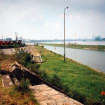 Blick in südliche Richtung über das Hafenbecken, links im Bild Waggons mit Kabelrollen der Kabelwerke, Aufnahme-Datum: 20.05.1995