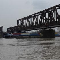 Blick auf die Rheinbrücke und die überflutete Rheinaue Rheinhausen, Aufnahmedatum 09.01.2018, Heike Marianne Liwa