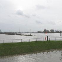 Blick in südwestliche Richtung über die Einfahrt Südhafen und die teilweise überflutete Mole, Pegelstand Ruhrort 8,73 Meter, Aufnahme-Datum: 05.01.2018