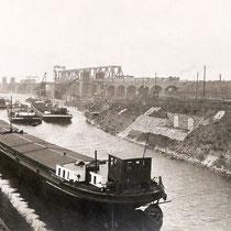 Kultushafen, im Bildhintergrund Neubau der 2. Rheinbrücke, noch Fahrbetrieb auf der 1.Rheinbrücke zirka 1926