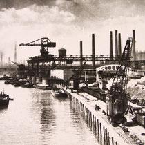 Blick über den Nordhafen längs der Niederrheinischen Hütte, im Hintergrund die Admiral-Gaf-Spee-Brücke. Sie wurde  1934 erbaut und im Jahre 1945 gesprengt.