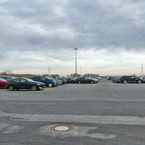 Brachfläche nach der Asphaltierung und Nutzung als Lagerfläche für Autos, Aufnahme-Datum: 23.11.2019