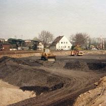 Verfüllter Teilbereich des Kultushafen, im Hintergrund das Tanklager mit Betankungsanlagen. Aufnahme-Datum: März 1889.