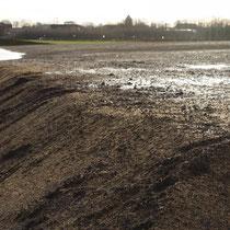 Stehendes Wasser auf der Fläche und Böschungskante mit Erosionsrinne, Aufnahme-Datum: 28.12.2020