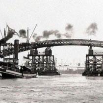 Abbau der Stahlkonstruktion auf Lastkähne und Ausfahren der Brückenteile. Quelle: Stadtarchiv Duisburg