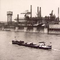Blick von der Rheinbrücke auf den Schiffsverkehr vor der Niederrheinischen Hütte in Duisburg-Hochfeld.