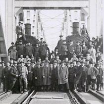 Belastungsprobe der neuen Brücke mit zwei Zügen. Quelle: Stadtarchiv Duisburg