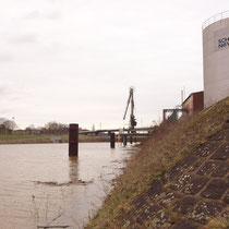 Böschung südliche Seite des Kultushafen mit Blick auf die Wanheimer Strasse, Pegelstand Ruhrort 9,82 Meter, Aufnahme-Datum: 15.01.2011