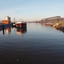 Bei Hochwasser ruhendes Motorschiff,  Pegelstand Ruhrort 9.99 Meter, Aufnahme-Datum: 10.01.2011