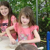 Begeistert arbeiteten diese beiden Schwestern mit ihren Tonklumpen am Stand des Hetjens-Museum