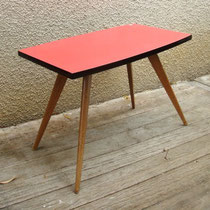 Table basse compas formica rouge ovoïde