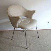 Paire de fauteuils skaï blanc vintage