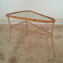 Table basse triangulaire tripode rotin vintage