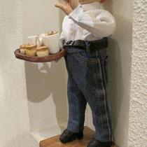 Угощает фирменными пирогами, что подают именно в его пабе