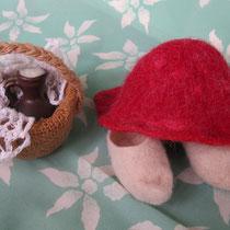 Сабики и шапочка сваляны, а в корзинке крынка со сметанкой и гостинцы
